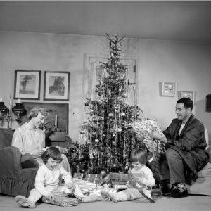 Une famille ouvre ses cadeaux, années 40-50