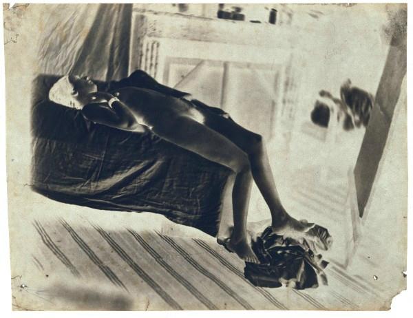 Charles Nègre, Nu allongé sur un lit dans l'atelier de l'artiste, vers 1850, Négatif inversé, 11,3 × 18,7 cm, Paris, musée d'Orsay. © RMN-GP (Musée d'Orsay) / Christian Jean.