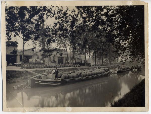 Barques à vin en train de décharger devant les chais de la société L'Epargne, 1ère moitié du XXe siècle, Toulouse Coll. Famille Miquel. © Musée de la Batellerie / Miquel.