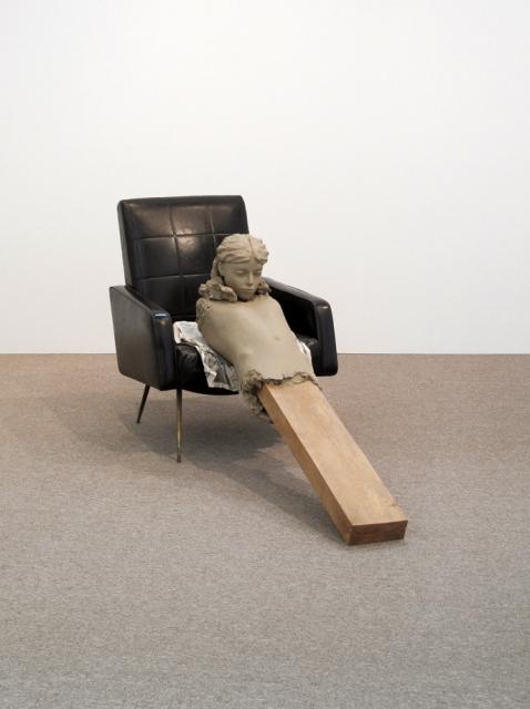 Mark Manders, Ramble room chair, 2010, Bois, peinture époxy, compensée imprimer sur du papier, et une chaise, 85 x 65 x 180 cm. © Mark Manders 1986-2015 (http://www.markmanders.org/)