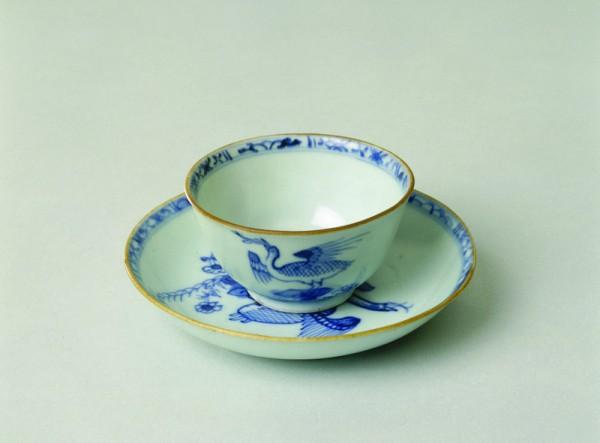 Tasse à thé en porcelaine de Chine retrouvée dans l'épave du Griffin 1761. © Musée national de la Marine / A.Fux